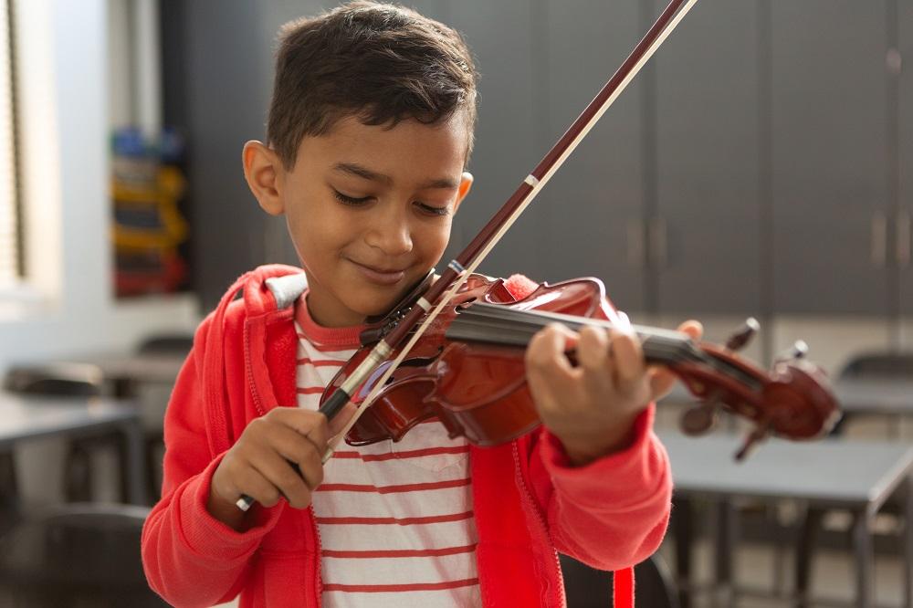 Junge mit einer Geige