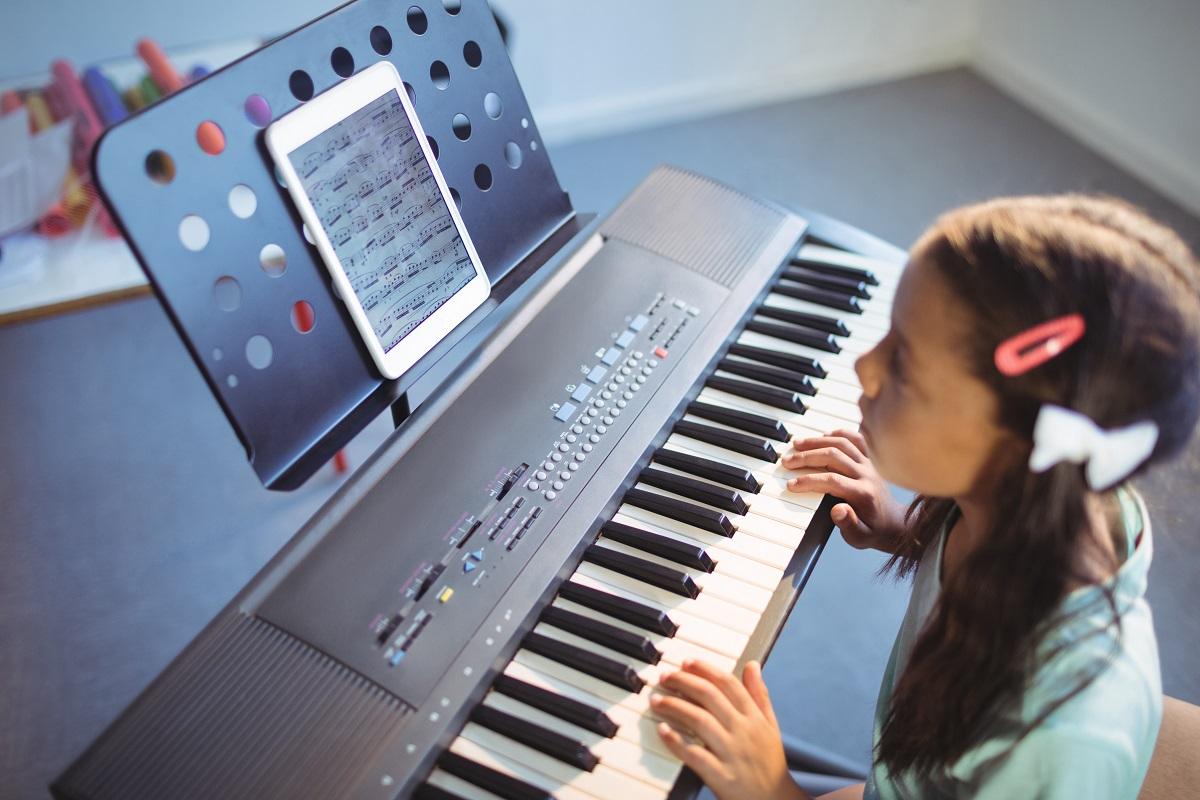 Kleines Mädchen spielt Keyboard