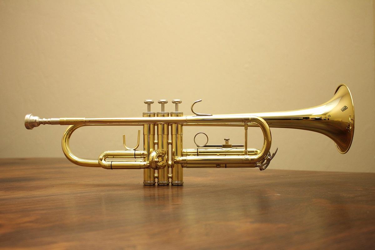 Eine Trompete auf einem Tisch